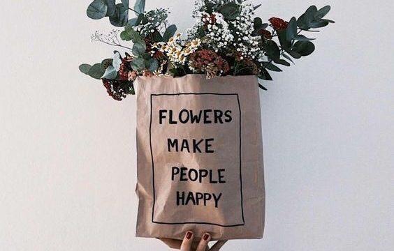 ショッピングバッグに入ったお花の画像