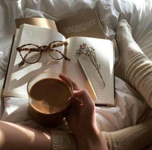 読書しながらコーヒーを飲んでいる画像